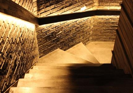 AFLへの入り口は階段を降りて地下へ!